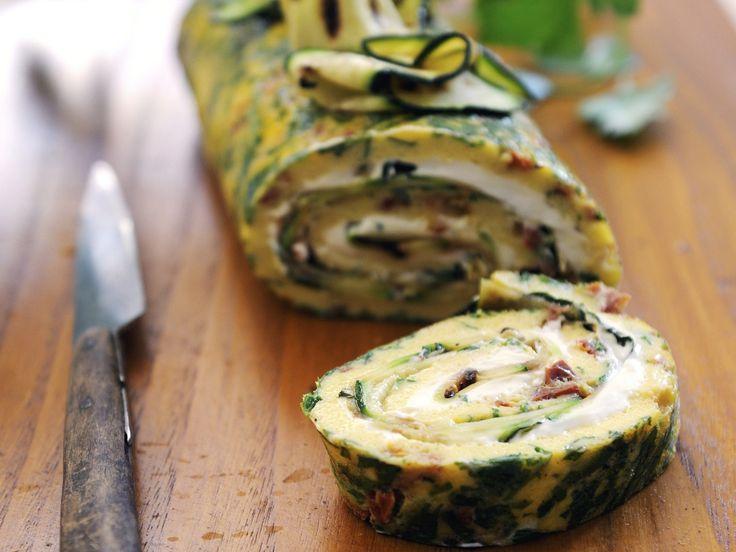 Gefüllte Omelettrolle    Kalorien: 360 Kcal - Zeit: 40 Min.   http://eatsmarter.de/rezepte/gefuellte-omelettrolle
