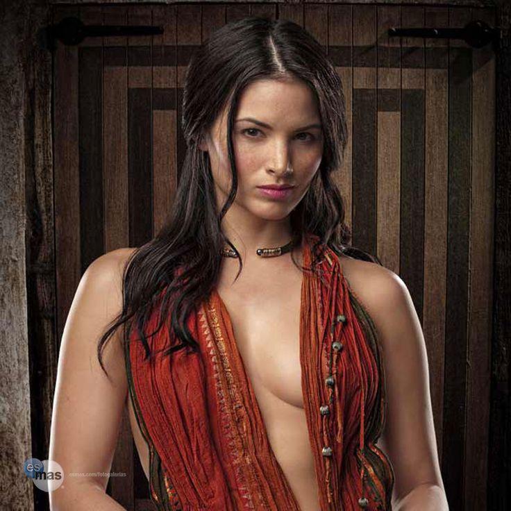 Katrina Law como Mira en Spartacus