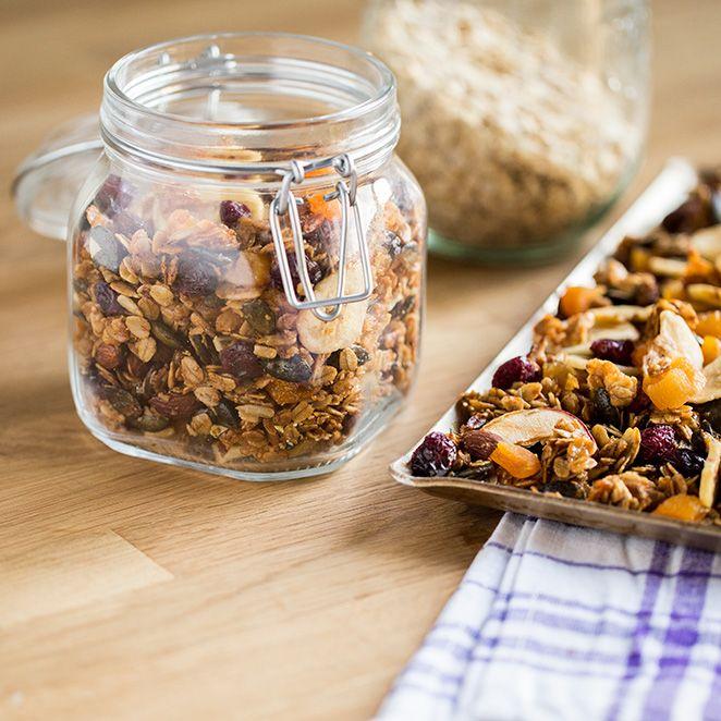 Du hättest gerne ein Knuspermüsli ohne Rosinen? Vielleicht auch noch frei von Kristallzucker und weniger süß? Wir verraten dir, wie du ganz einfach und schnell dein eigenes Müsli herstellen. Das Grundrezept kannst dunatürlich nach Belieben variieren. Besonders lecker zu Mascarpone mit Nektarinen und Ahornsirup. Lust auf eine extra Portion Eiweiß? Dieses Quinoa-Müsli macht müde Morgenmuffel …