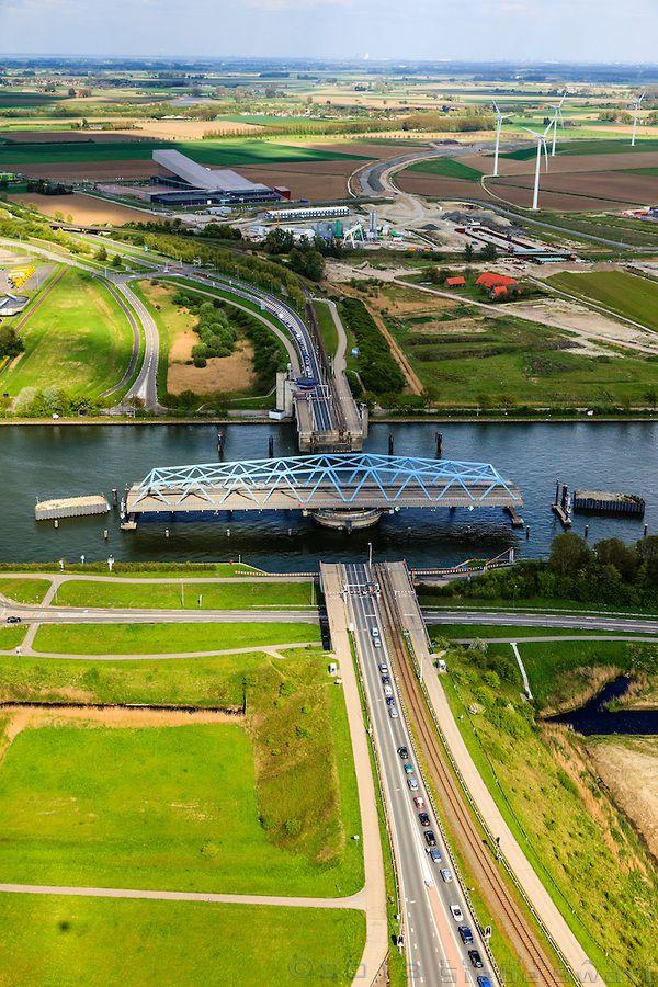 Kanaalkruising Sluiskil, Kanaal Gent-Terneuzen, Zeeuws-Vlaanderen, Zeeland. The Netherlands