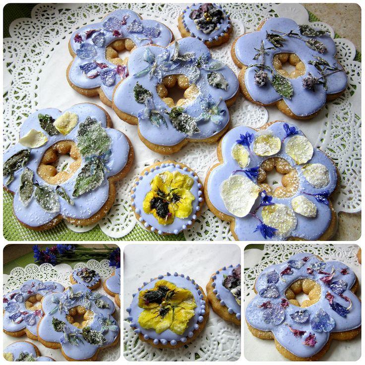Простое сахарное печенье и цветы