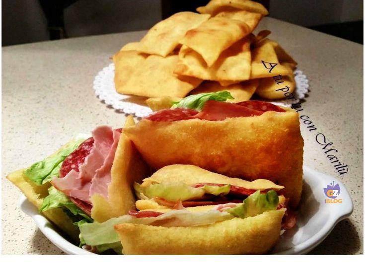 Questi Sgonfiotti fritti (crescentine) sono ideali per aperitivi e feste; si farciscono con salumi, formaggi, sott'olii oppure semplici e gustose insalatine