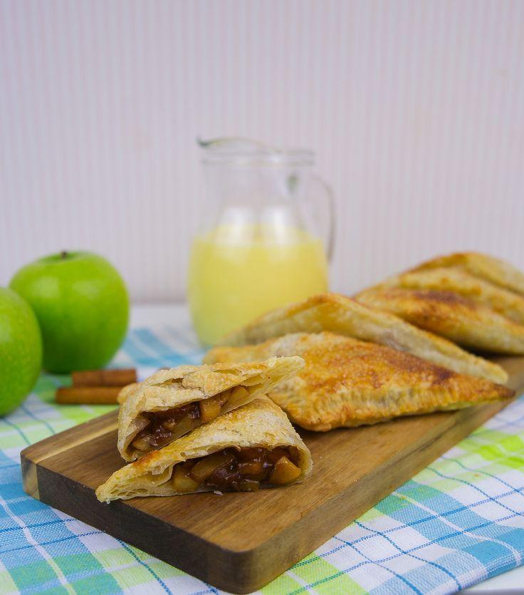 Frasiga och läckra smördegspajer fyllda med äpple och kanel. ÅH va dom är goda! Baka dem enkelt på ett kick med färdig smördeg.Himmelskt goda att serveras medvaniljsås eller glass! 10 portioner 10 st smördegsplattor, ca 12x 12 cm (det finns färdigkavlade fyrkanter i frysdisken i de flesta matvarubutiker) 4 st gröna Granny Smith äpplen 2 dl brunt farin socker 20 g smör 1 tsk kanel 1 tsk vaniljsocker 1 msk majsstärkelse eller potatismjöl 1 msk citronsaft från färsk citron eller vatten…