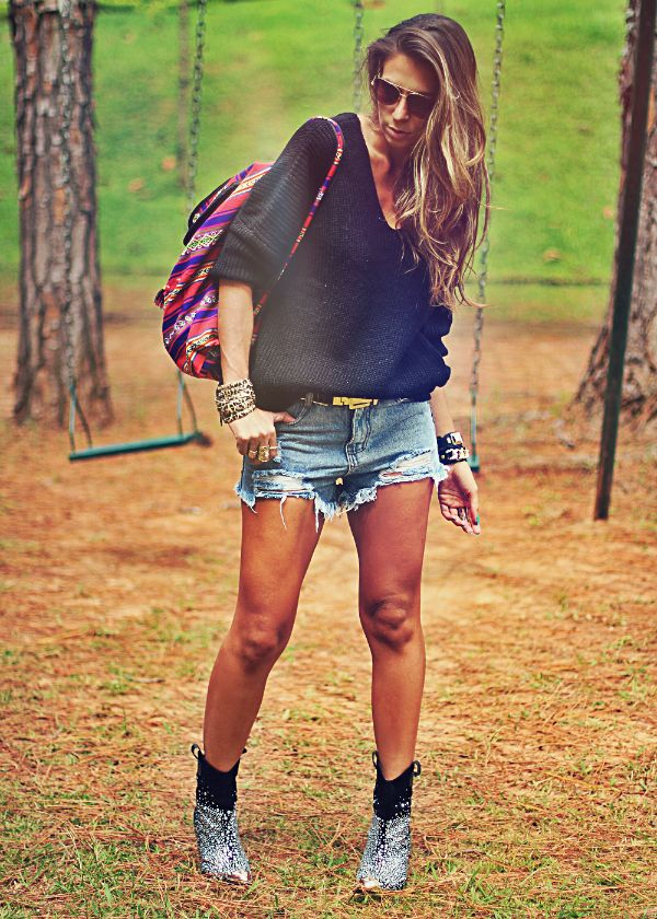 Look boho chic com shorts jeans tricot e botas western