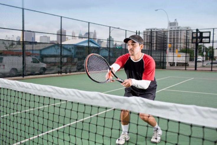 La salud mental y los beneficios físicos de jugar tenis. Jugar tenis lleva consigo una serie de beneficios para la salud física y mental. Algunos son de corta duración, como el alivio del estrés que viene con el entrenamiento. Otros te ayudan a largo plazo, como la pérdida de peso debido a una ...