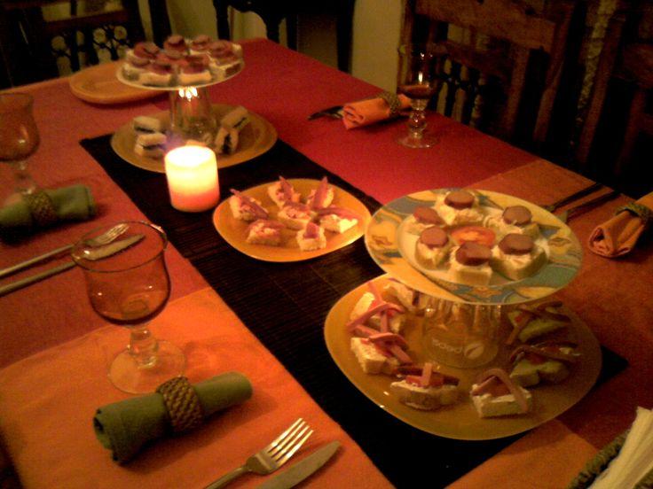 Per non occupare troppo spazio per i piatti da portata, ho creato delle alzate utilizzando due piatti di misure diverse e di decoro diverso, con un bicchiere rovesciato di mezzo, che dentro potete decorare come più vi piace... Un'idea salva spazio e molto scenografica !!