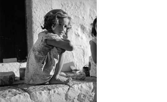 Ενα γλυκό κοριτσακι ποζάρει για τον φακό της Βούλας Παπαιωάννου 1950-55