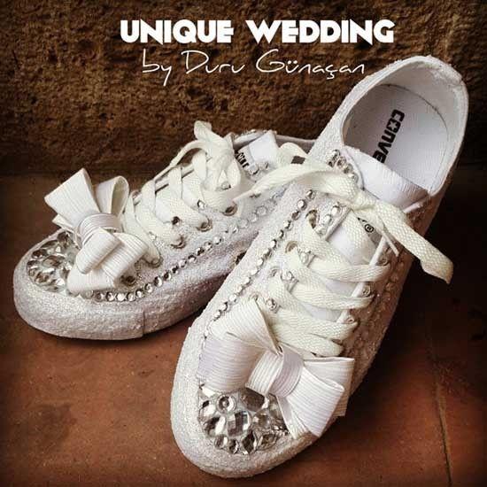 Scarpe da sposa converse bianche con fiocco. Wedding white converse shoes. #wedding #wedding shoes