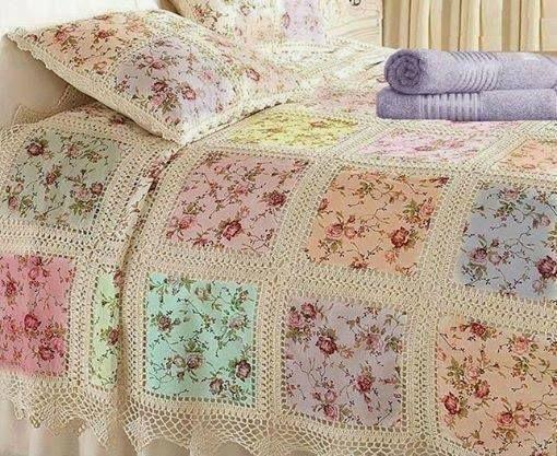 Un lindo cubrelecho: retazos de tela de diferente color, unidos con crochet.