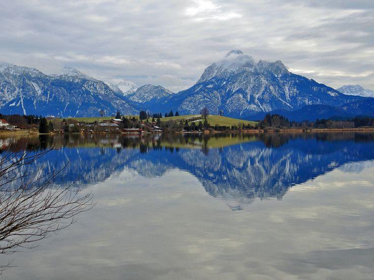 Hopfensee mit Spiegelung der Ammergauer Alpen
