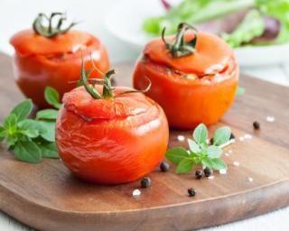 Tomates farcies légères aux pousses d'épinards et fromage frais 0%