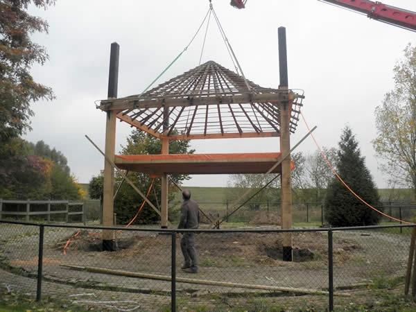 De bouw van een traditionele hooimijt van eiken