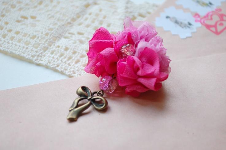 Brosa atat de roz (20 LEI la kittenhood.breslo.ro)
