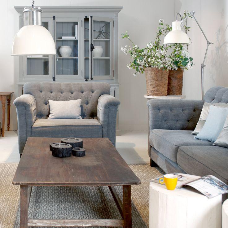 Mooi wonen is een kunst. Het vraagt om een creatieve artiest. De interieurstylisten van Mart weten wat kunst is. Banken met een salontafel en een vitrinekast. www.martkleppe.nl