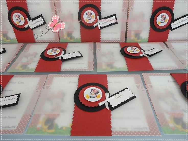 Convite super delicado personalizado no tema Minnie. Fechamento com papel vegetal e tag em scrap.