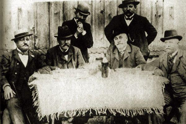 Gárdonyi Géza Baráti körben  A ritka fotón, a feltételezések szerint: Gárdonyi Géza és Móricz Zsigmond a két álló alak. Majd balról jobbra Bródy Sándor, Mikszáth Kálmán, Szabolcska Mihály és Jókai Mór láthatók.
