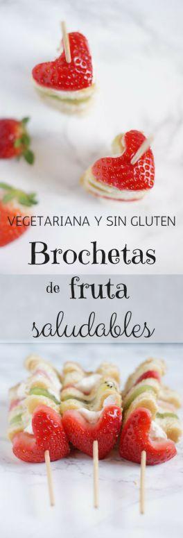 Brochetas de frutas y pancakes saludables y sin gluten. Esta receta vegetariana es fácil de preparar y es perfecta para el día de San Valentín o para el día de la madre.