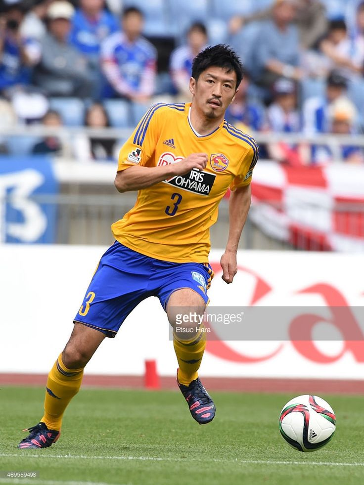 hirofumi-watanabe-of-vegalta-sendai-in-action-during-the-jleague-picture-id469559498 (768×1024)
