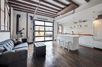 V interiéru se prostřednictví nábytku a dalšího zařízení potkávají různé časové éry.