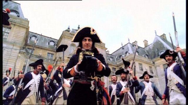 Napoleon Bonaparte, generaal in het Franse leger, pleegt een staatsgreep en wordt de machtigste man van Frankrijk.