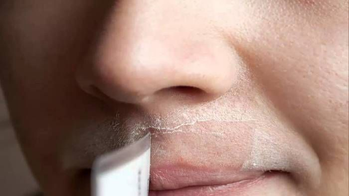 Recette naturelle éliminera définitivement vos poils du visage : Mélangez ces ingrédients (2 cuillères à soupe de miel, 1 cuillères à soupe de farine d'avoine et 2 cuillères à soupe de jus de citron.) et appliquez en frottant la zone des poils à éliminer. Laissez agir pendant 15 minutes. Rincez à l'eau tiède et appliquez votre crème hydratante. Répétez l'opération 2 à 3 fois par semaine. Vos poils disgracieux disparaissent au bout d'un mois.