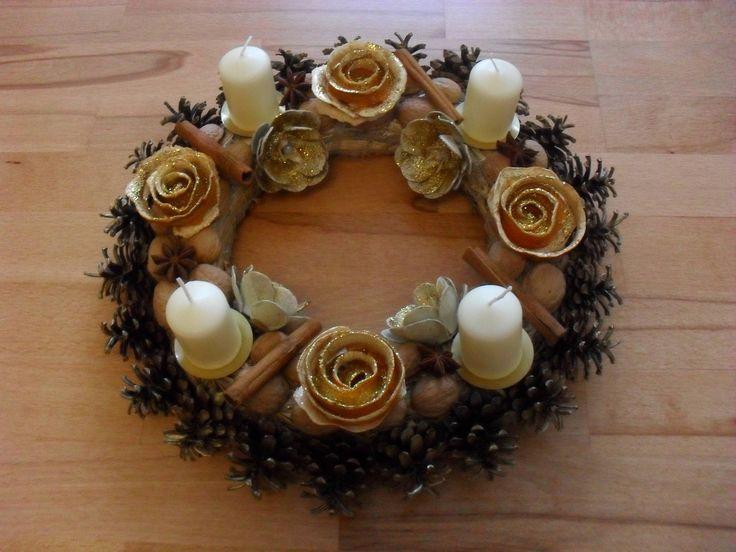 Adventní věnec Adventní věnec je vyroben z přírodnin. Zdobí jej pozlacené šišky, ořechové skořápky, ručně vyrobené a nalakované růžičky z pomerančové kůry, růčně vyrobené a nalakované růžičky z papírových plat od vajec, skořice, badyán aj.