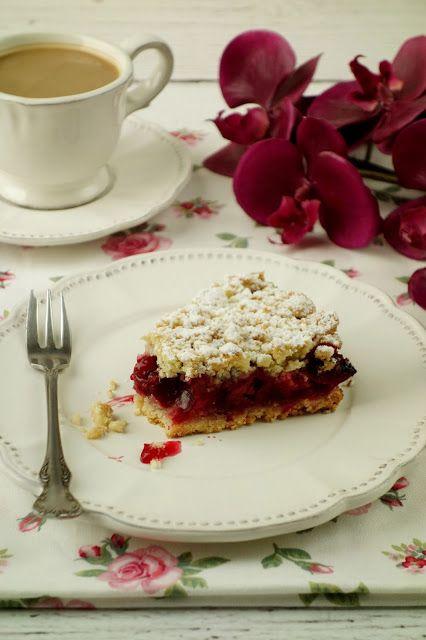 Łatwe i szybkie ciasto do przygotowania w wolnej chwili. Najlepiej smakuje na ciepło, podane z lodami waniliowymi i bitą śmietaną. Ci...