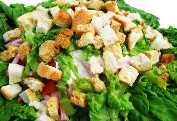 Салат Цезарь – очень питательный и вкусный салат. В основе его рецепта лежит курица и листья салата Ромэн. Смешивать салат нужно перед самой подачей на стол, иначе хлебные гренки размякнут. Соус Цезарь: - 40 г оливкового масла; - 5 г анчоусов; - 10 г каперсов; - 1 зубчик чеснока; - 1/2 чайной ложки горчицы; - 1 яичный желток; - 1/2 чайной ложки белого винного уксуса; - 10 г сыра Пармезан; - соль, перец. Рекомендуем к прочтению: Свекольный салат с крабовыми палочками Салат из груши с...