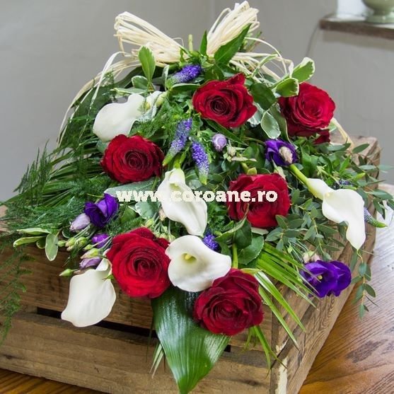 buchet funerar, buchet funerar elegant, cale, trandafiri si eustoma in decor de verdeata eleganta