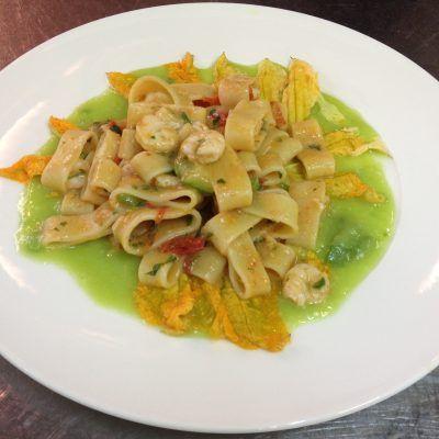 calamarata con fiori di zucca e gamberi... calamarata pasta with zucchini flowers and shrimps