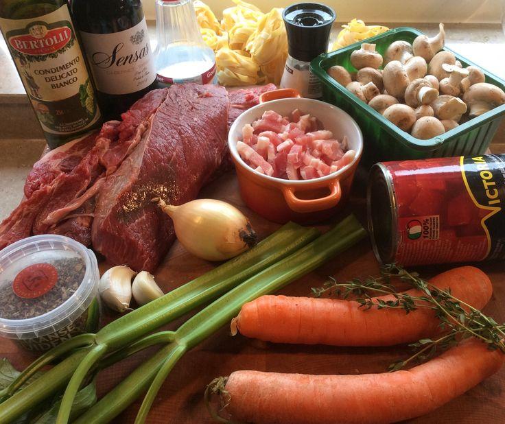 Tagliatelle met Italiaans stoofvlees Voor 4 personen Ingrediënten: 700 g runder riblappen 2 el olijfolie 100 g spekblokjes 1 ui 1 punt paprika 2 el balsamico azijn 2 tenen knoflook 2 stengels bleek…