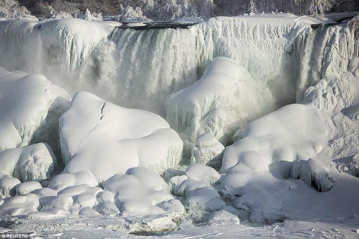 ниагарский водопад замерз, что жизнь быстротечна и ничто не вечно. Воды реки Белой окрасились платиной и блестели на солнце.  Вода продолжает течь небольшими потоками сквозь толщи льда.