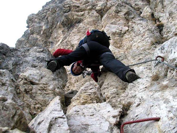 Ferrata al Monte Roen. Percorso facile, si sviluppa in un canalone-colatoio. Vista spaziale dalla cima del Roen con 2100 metri di salto nel vuoto sulla Val d'Adige! ● http://girovagandoinmontagna.com/gim/vie-ferrate-in-trentino/(catena-della-mendola)-ferrata-al-roen/