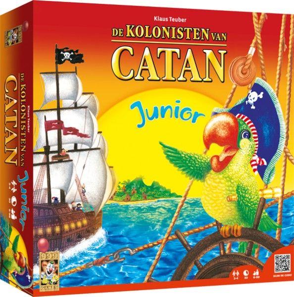 De Kolonisten van Catan Junior. Piratenvariant van De Kolonisten van Catan voor kinderen die het basisspel nog iets te moeilijk vinden. Je bent een piraat, die probeert het eiland te veroveren door daar forten en schepen te bouwen. Daar zijn grondstoffen voor nodig, die je met dobbelsteenworpen kunt verdienen. Als je niet de goede grondstoffen hebt, kun je ruilen met andere spelers, havens, de bank en op de markt. http://www.kolonistenvancatan-shop.nl/de-kolonisten-van-catan-junior.html