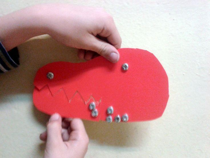 Dzieci dostały śrubki, nakrętki, dziurkacz, nożyczki i czerwony papier. Oto, co z tego zrobiły.