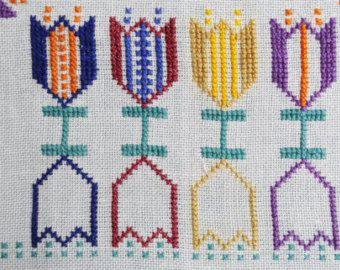 Ben fatto vintage 1960s a mano a punto croce ricamo tovaglia lino w conventionalized motivo fiore tulipano multicolor su fondo bianco