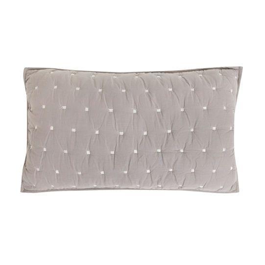 Cuscino in cotone e lino trapuntato con lavorazione punto riso. Imbottitura inclusa.
