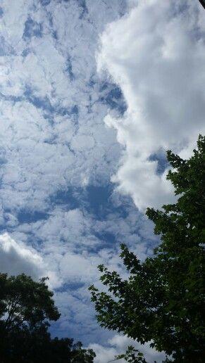 Wolken komen mijn leven binnen drijven,  niet langer om regen te dragen of storm te brengen, maar om kleur toe te voegen aan mijn zonsondergang. R. Tagore via dagelijkse gedachte.net