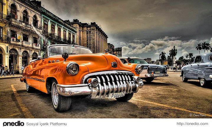 Havana sokaklarındaki nostaljik arabalar.Küba'ya 54 yıldır uygulanan ambargo sonucunda Havana sokaklarında hala antika diyebileceğimiz araçları görmek mümkün.   Fotoğraf: Coco Moni