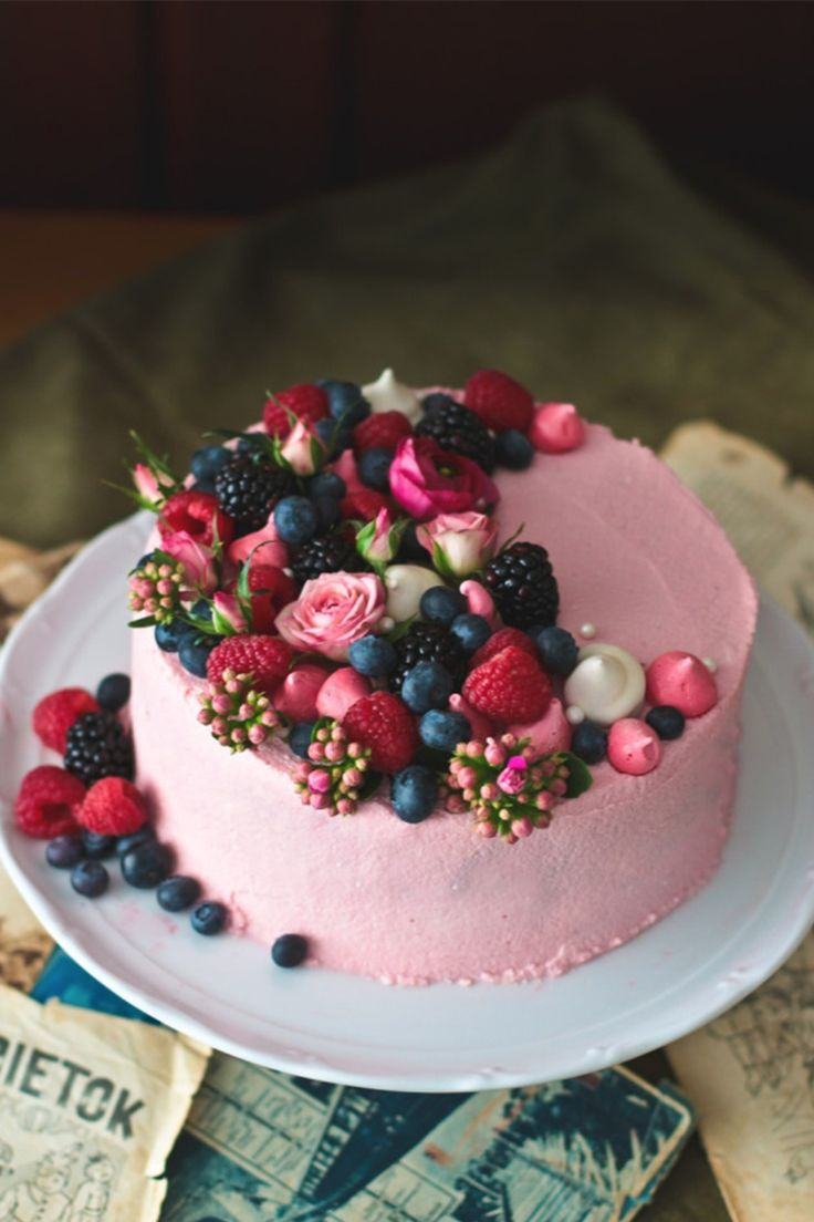 13. This one tier cake would look berry sweet at your wedding, and you can find all the instructions on how to make it yourself right here from The Story of Cake!