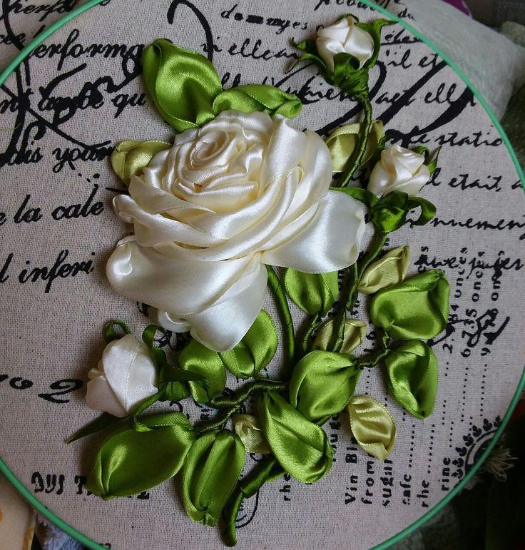 Веточка розы атласными лентами