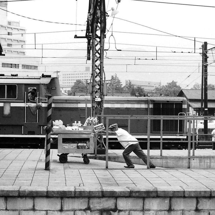 nagano station #長野駅 #ホーム #国鉄時代 #dd51 #ディーゼル機関車 #ホーム売り #nagano_station #platform #salesperson #diesel #locomoco ✱DD51から向こうは、現在北陸新幹線のホーム。