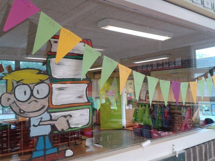 Stimuleren tot lezen: kinderen mogen een vlaggetje met hun naam aan de lijn nieten nadat ze z10 minuten thuis hebben gelezen, zo versieren wij onze klas
