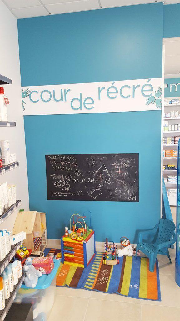 Signalétique récréative pour un espace enfant dans une pharmacie