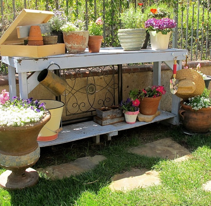 Gardening bench with hanging tools: Gardens Fun, Boxes Gardens, Work Benches, Backyard Outdoor, Favourit Gardens, Benches Gardens, Benches Projects, Pots Benches, Gardens Benches