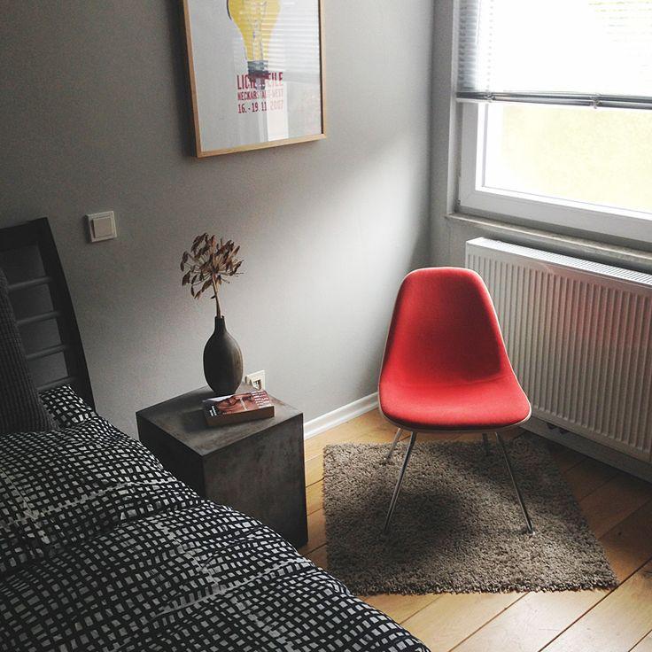 schlafzimmer mit nachttisch aus beton und niedrigem vitra lounge stuhl home r srath. Black Bedroom Furniture Sets. Home Design Ideas
