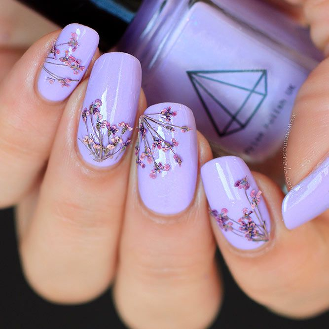 STUNNING DRIED FLOWERS ON YOUR NAILS Excellent bloom outlines are such a major pattern now, to the point that an ever-increasing number of thoughts of applying them to our nails begin to show up. Exchanging dried blooms is a standout amongst the most virtuoso ones. Wouldn't you say? Simple,