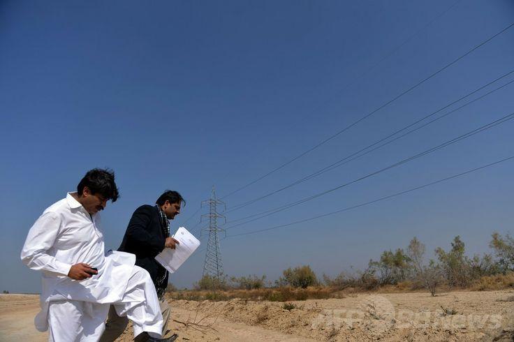 パキスタン・パンジャブ州(Punjab)のバハワルプール(Bahawalpur)地区で、太陽エネルギー公園の予定地を視察するビジネスマンたち(2014年2月17日撮影)。(c)AFP/Aamir QURESHI ▼28Apr2014AFP|砂漠の太陽エネルギー公園、電力危機克服の挑戦 パキスタン http://www.afpbb.com/articles/-/3013188