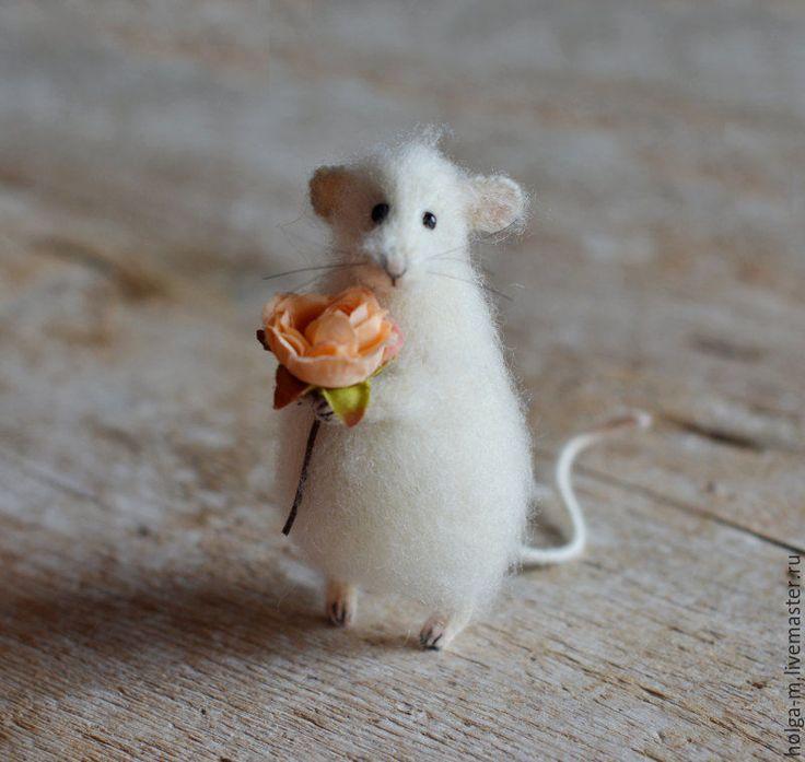 Купить или заказать Коллекционная игрушка мышка с розой в интернет-магазине на Ярмарке Мастеров. Мышка с розой)) Мои работы, которые есть в наличии, представлены здесь: www.livemaster.ru/holga-m?cid=63459&;clb=1&sort=0&sorder=desc Игрушка приедет к Вам вот в одной из таких прочных подарочных коробочек: cs2.livemaster.ru/storage/dd/a9/1a05b0eed3e872b40467c5722fl0.jpg Игрушка внутри коробки будет надежно зафиксирована, чтобы не помялись усики и шерстка:)…