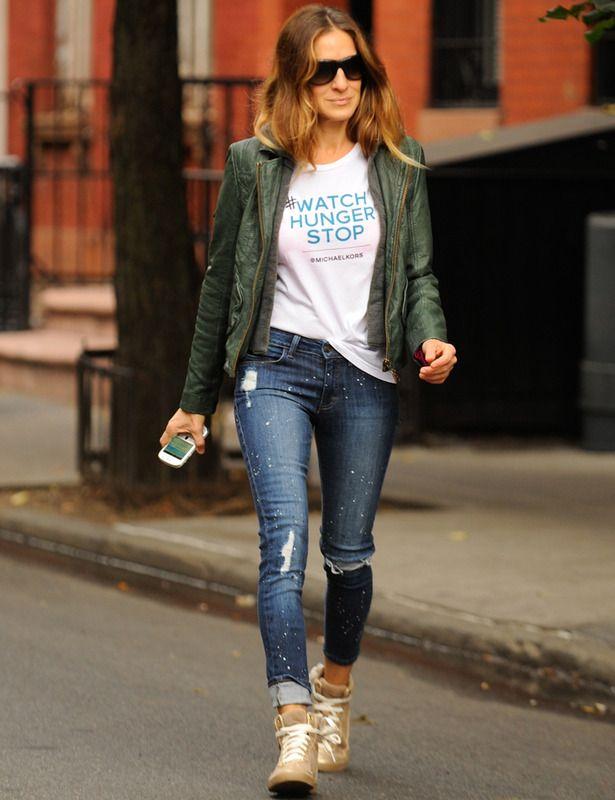 Sarah Jessica Parker se apunta a las camisetas con lema para pasear por las calles de Nueva York y combina la suya con vaqueros, zapatillas y cazadora de cuero verde botella.